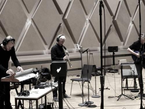 SoundCity: Andreas Burckhardt (Saxophone), Klaus Spencker (Gitarren u. Sounds), Nils Nordmann (Keyboard, Loops u. Sounds)