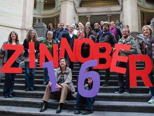 Die Akteure des 16. ZINNOBER-Kunstvolkslaufs auf der Treppe in der Kuppelhalle des Neuen Rathauses
