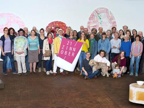 KünstlerInnen, GaleristInnen und Kunstschaffende des ZINNOBER-Wochenendes 2018. Im Hintergrund Kunst von Karl Möllers.