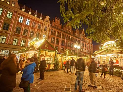 Der Hanns-Lilje-Platz ist ein von Altbauten umgebener Platz neben der Marktkirche, auf dem in der Adventszeit auch die Bühne des Weihnachtsmarktes aufgebaut ist
