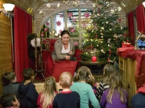 Eine Märchenerzählerin und ihre kleinen Zuhörer