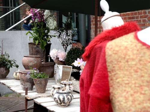 Marktstände locken mit interessanten Ausstellungsstücken