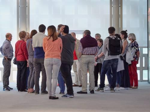 EINführungen durch die Ausstellungen vor der Alten Fassade im 1. Obergeschoss