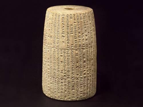Bei der praktischen Übung wird die Inschrift eines Grabsteins entziffert.
