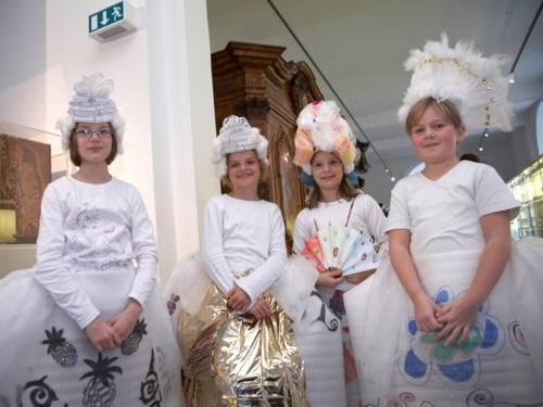 Vier verkleidete Kinder