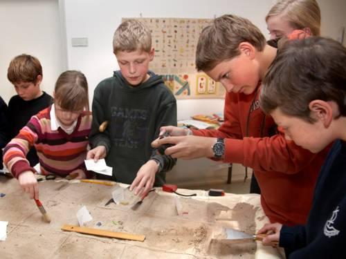 Kinder und Jugendliche während eines Mitmachworkshops im Museum August Kestner