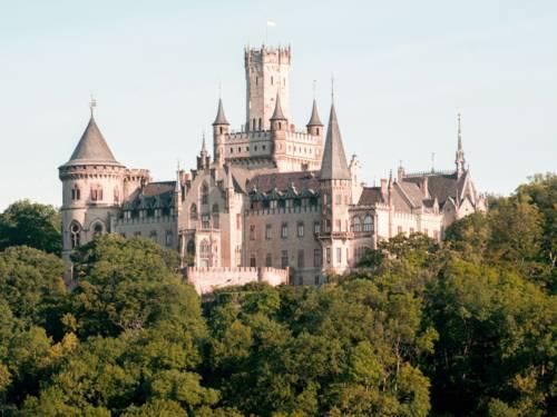 Das Schloss Marienburg ist eine Schlossanlage, die König Georg V. von Hannover von 1858 bis 1869 als Sommerresidenz, Jagdschloss und späteren Witwensitz erbauen ließ.