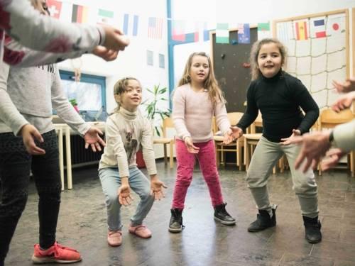 Drei Mädchen in einer Übungsgruppe.