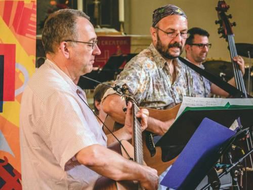 Musikensemble aus fünf Frauen und einem Mann.