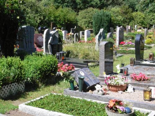 Gräber auf dem Friedhof in Lahe