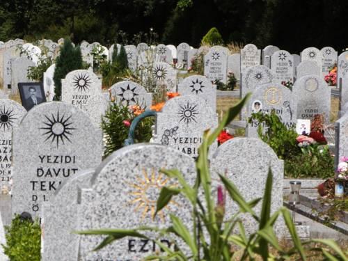 Jesidisches Gräberfeld auf dem Stadtfriedhof Lahe