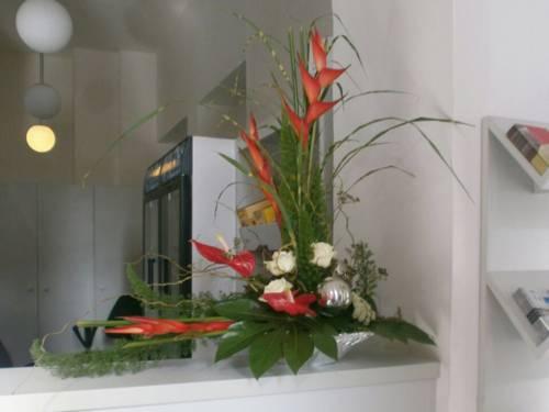 Ein Blumengesteck auf einem Empfangstresen