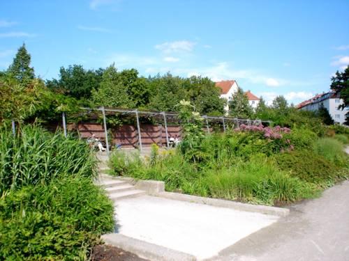 Blick auf eine berankte Pergola im Vahrenwalder Park