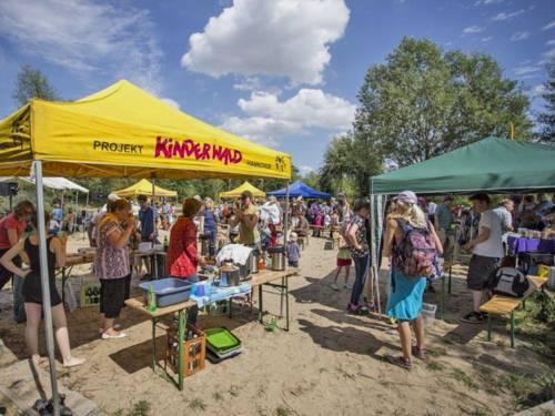 Gut besuchte Stände beim Kinderwaldfest