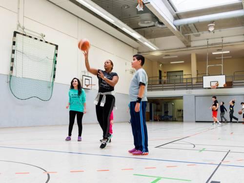 Jugendliche, die Basketball spielen