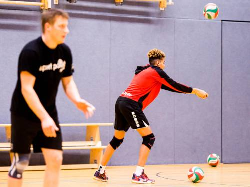 Jugendliche beim Volleyball-Training