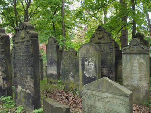 Verwitterte Grabsteine auf dem jüdischen Friedhof an der Oberstraße