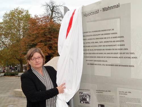 Marlis Drevermann enthüllt die Gedenk- und Erinnerungstafel am Holocaust-Mahnmal auf dem Opernplatz