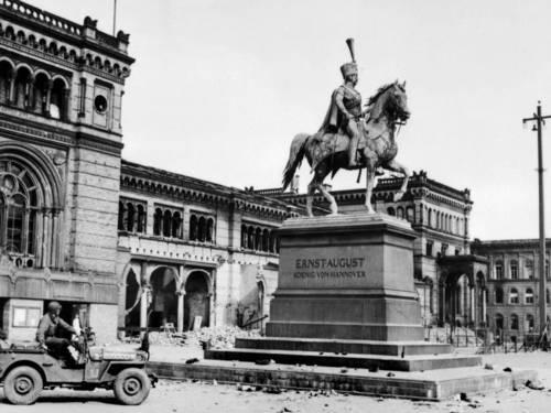10. April 1945: Jeep der 9. US-Armee vor dem Hauptbahnhof Hannover