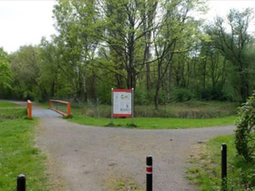 Blick auf die Informationstafel und das ehemalige Gelände des KZ Stöcken (Akkumulatorenfabrik)