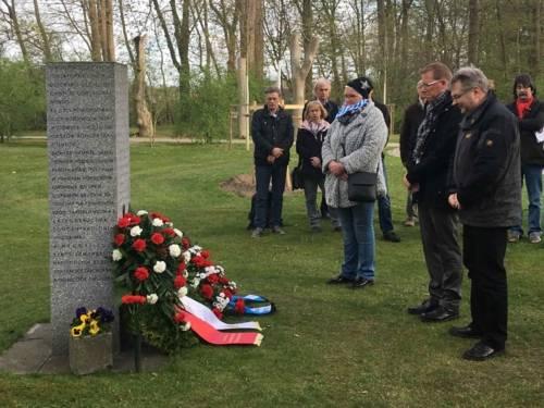 Kranzniederlegung am Mahnmal für die 154 Ermordeten vom 6. April 1945 auf dem Stadtfriedhof Seelhorst