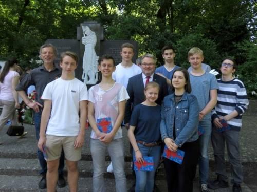 Bürgermeister Thomas Hermann mit Schülerinnen und Schülern der St.-Ursula-Schule am Ehrenfriedhof Maschsee-Nordufer