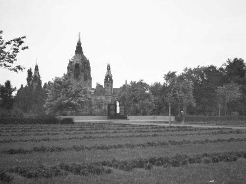 Ehrenfriedhof Maschsee-Nordufer nach Mai 1945.