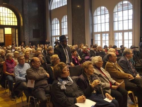 Publikum zur Ausstellungseröffnung im Mosaiksaal