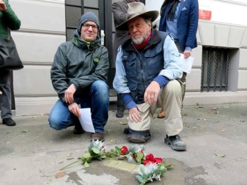 Stolperstein-Pate Alexander Möller übernahm 2017 die Patenschaft für die drei Stolpersteine für Familie Wallach vor dem Haus Ferdinand-Wallbrecht-Straße 23