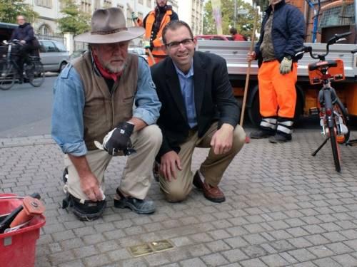 Künstler Gunter Demnig und Adam Tennen bei der Stolpersteinverlegung für Sofie und Iko Tennenbaum in der Callinstr. 2