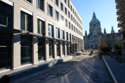 Außengebäude des Lernorts mit Sicht zum Rathaus