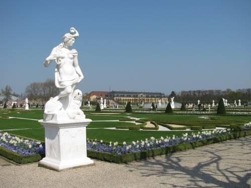 Statue und Blumenbeete im Großen Garten in Herrenhausen