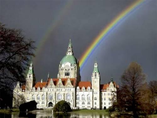 Rathaus mit Regenbogen