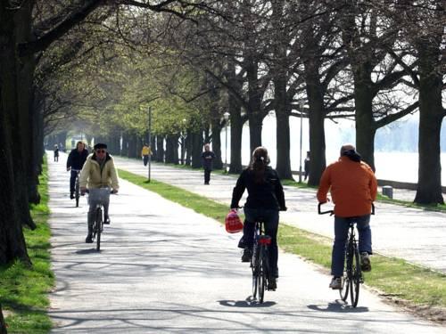 Einige Radfahrer am Maschsee, Aufnahme aus 2008