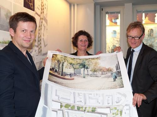 Leonard Grosch, Hanna Kreisel-Liebermann und Uwe Bodemann mit einem großformatigen Druck des Siegerentwurfs des Bauwettbewerbs Am Marstall