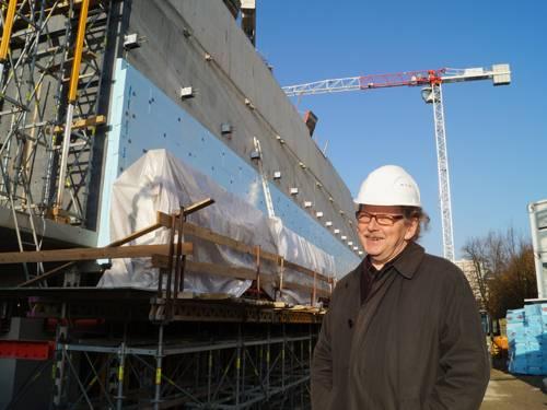 Ulrich Krempel vor dem im Bau befindlichen Erweiterungstrakt des Sprengel Museums, im Hintergrund ein Kran