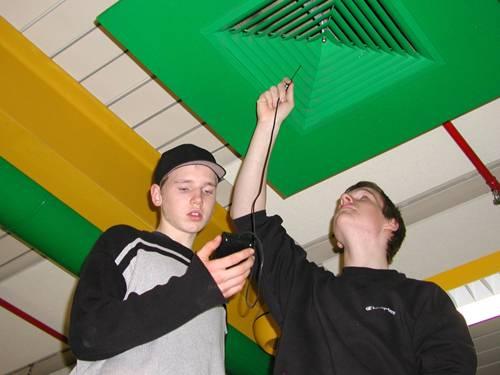 Zwei Schüler der IGS Mühlenberg messen die Temperatur am Ausgang der Lüftungsanlage