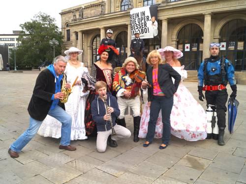 Schorsenbummel-Darsteller und -Teilnehmer vor der Oper