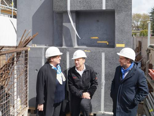Marlis Drevermann, Markus Peter und Dr. Reinhard Spieler vor einem anthrazit-farbenen Probeblock der künftigen Fassade des Erweiterungsbaus des Sprengel Museums Hannover
