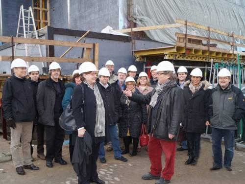 Kulturdezernentin Marlis Drevermann und Sprengel Museums-Direktor Prof. Ulrich Krempel mit Kulturausschussmitgliedern bei der Baustellenbesichtigung