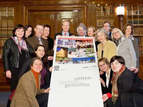 Die Mitglieder des Koordinierungskreises der Stiftungsinitiative Hannover und der damalige Oberbürgermeister Schostok präsentieren den Wegweiser zu Stiftungen (Foto aus dem Jahr 2014)