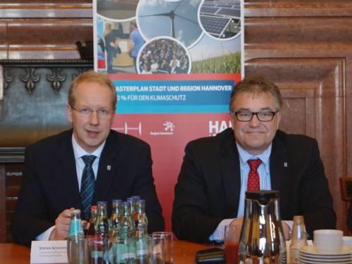 OB Stefan Schostok und Regionspräsident Hauke Jagau bei der Pressekonferenz am 12. März im Neuen Rathaus