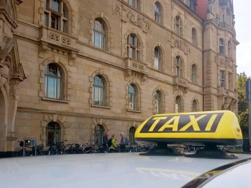 Ein Taxi vor dem Neuen Rathaus