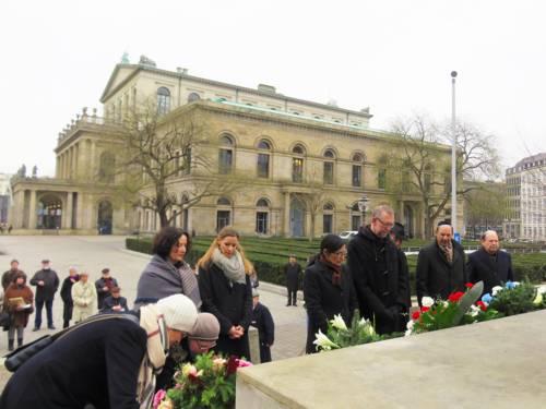 Innehalten am Mahnmal: Regine Kramarek und Axel Priebs sowie Vertreterinnen und Vertreter der jüdischen Gemeinden