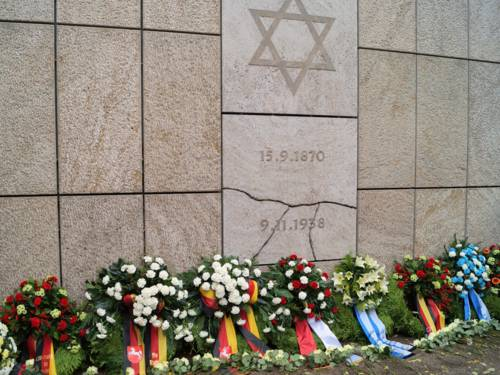 Kränze am Mahnmal am Platz der ehemaligen Synagoge in der Roten Reihe