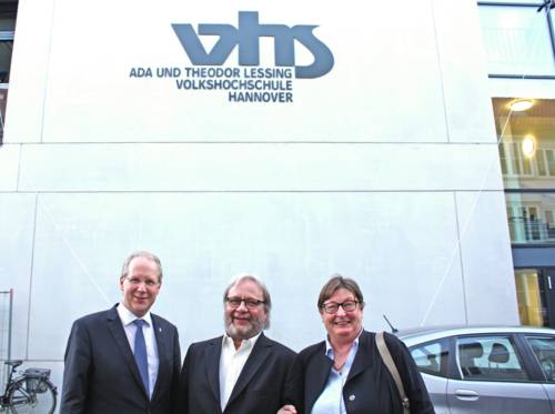 Oberbürgermeister Stefan Schostok, VHS- Leiter Michael Guttmann und Dezernentin Marlis Drevermann enthüllten den Schriftzug der VHS