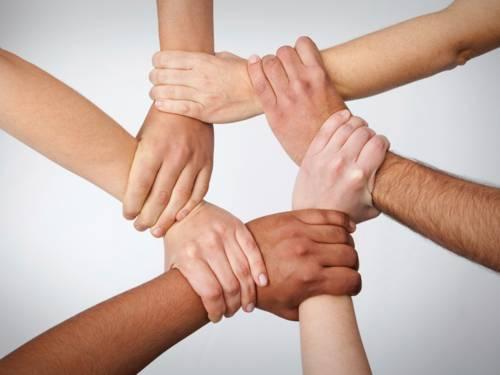 Sechs Hände, die ineinander greifen
