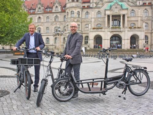 Hannovers Stadtbaurat Uwe Bodemann und Metropolregion-Geschäftsführer Raimund Nowak starten das Pedelec-Verleihsystem
