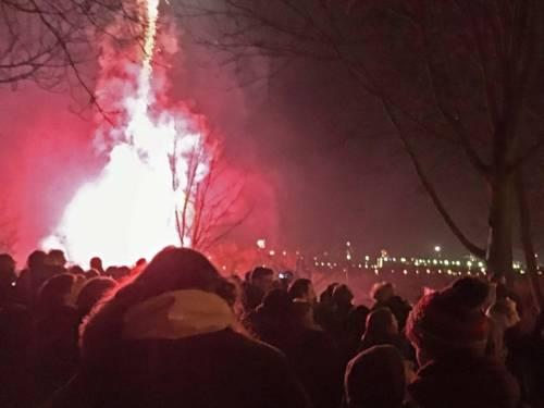 Feuerwerk auf einem großen Platz.