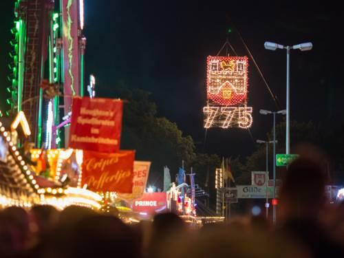 Das Stadtwappen Hannovers und die Zahl 775 leuchten in der Dunkelheit über dem Schützenplatz